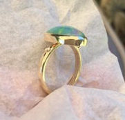 Solitaire opal and gold ring, Side